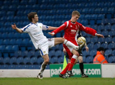 TOMME TRIBUNER: Leeds spilte semifinale i Championss League før økonomien innhentet dem. Her kjemper Jonathan Howson med Cheltenhams Marley Watkins.