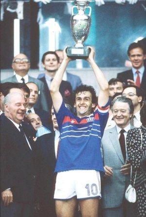 DEN GANG KONGE, NÅ PRESIDENT: Michel Platini styrer Frankrike til EM-gull i 1984 og døpes til Europas konge.