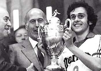 DEN FØRSTE POKALEN: Som Nancy-kaptein vinner Michel Platini sin første tittel i 1978.