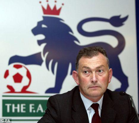 STRITTER I MOT: Premier League-sjef Richard Scudamore jobber i mot UEFAs forslag.